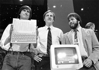 81c382152ef Steve Jobs, John Sculley y Stephen Wozniak en la presentación del Macintosh  (San Francisco, 1984)