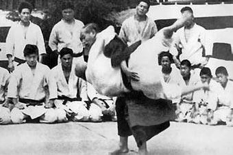 Jigoro Kano en una de sus Clases