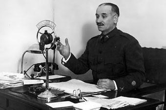 General Queipo de Llano, emitiendo desde la radio en Sevilla. Utilizó las ondas como forma de propaganda política